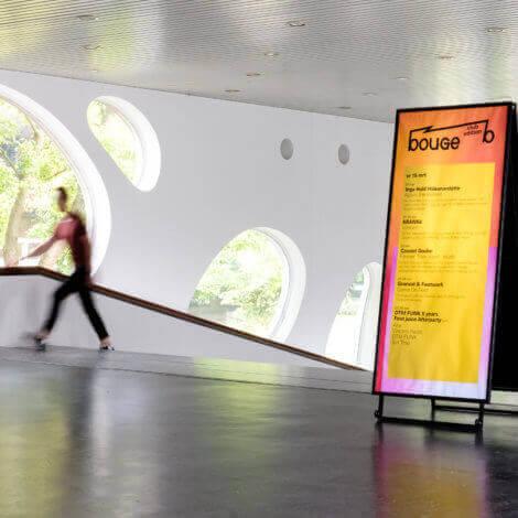 De verplaatsbare posterwigwam opgesteld in de hal van deSingel. Een van de communicatietools die Studio Dott ontwierp voor deSingel.