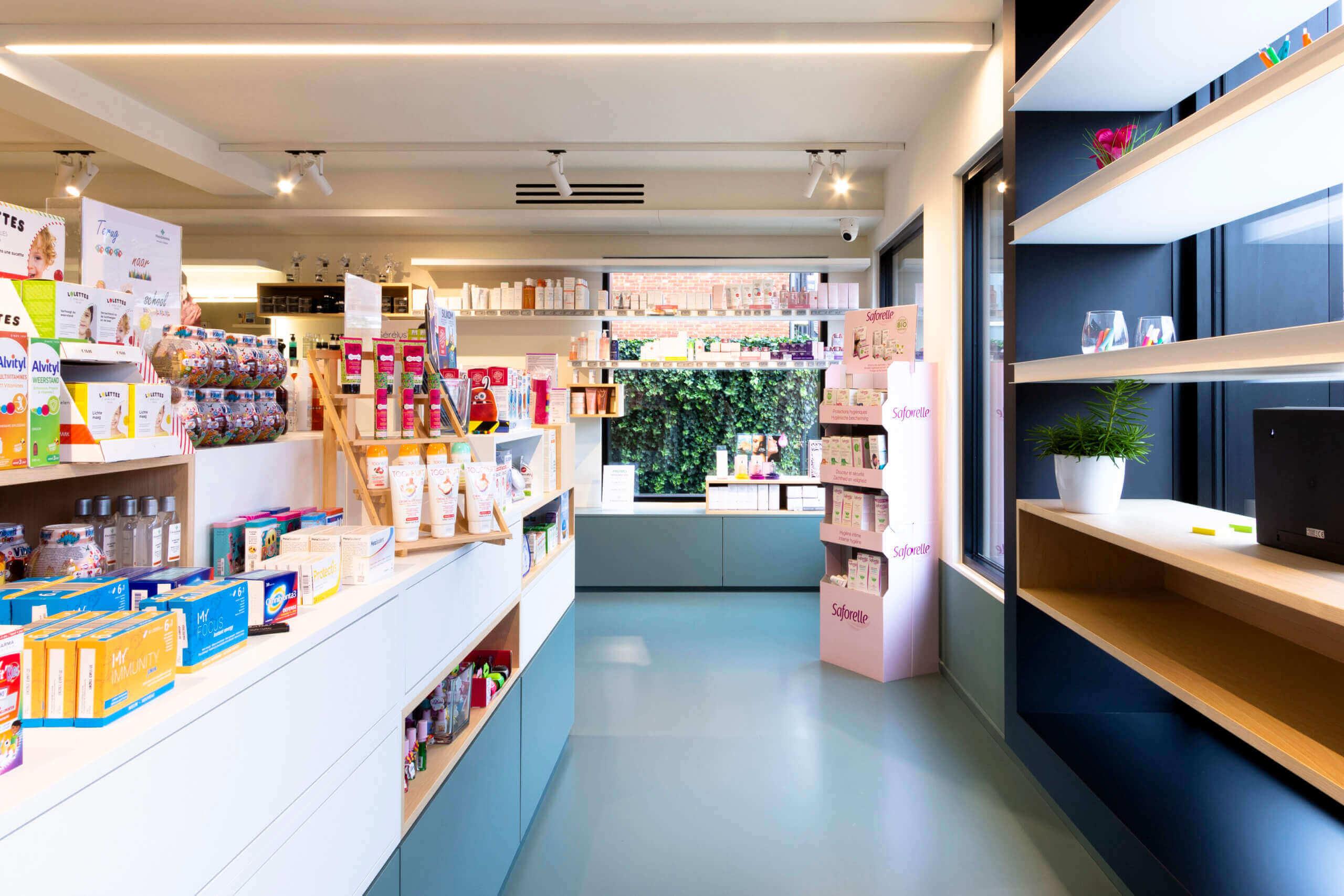 Hier zie je het interieur van de apotheek en hoe het groen van buiten ook binnen een rol speelt.