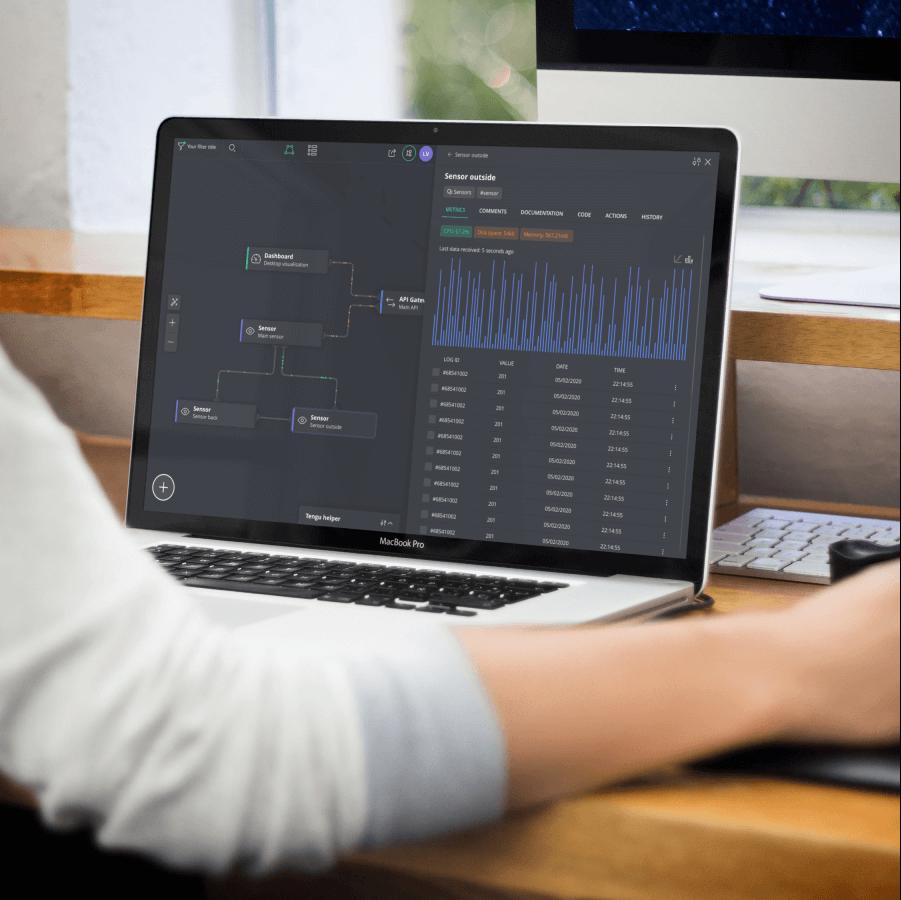 Persoon zit achter laptop en werk met het DataOps systeem van Tengu en Studio Dott