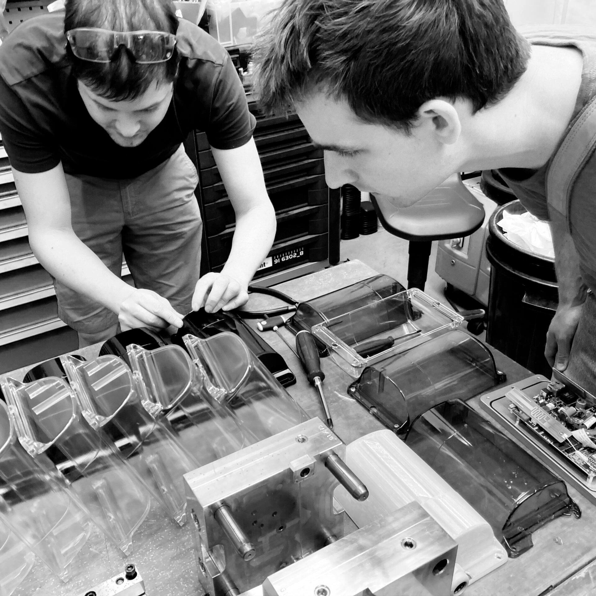 Het team van productdesigners van Studio Dott op bezoek bij de producent Guru Plastics.