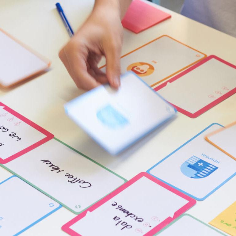 De kaarten van de IoT Design Kit worden op een tafel gelegd.