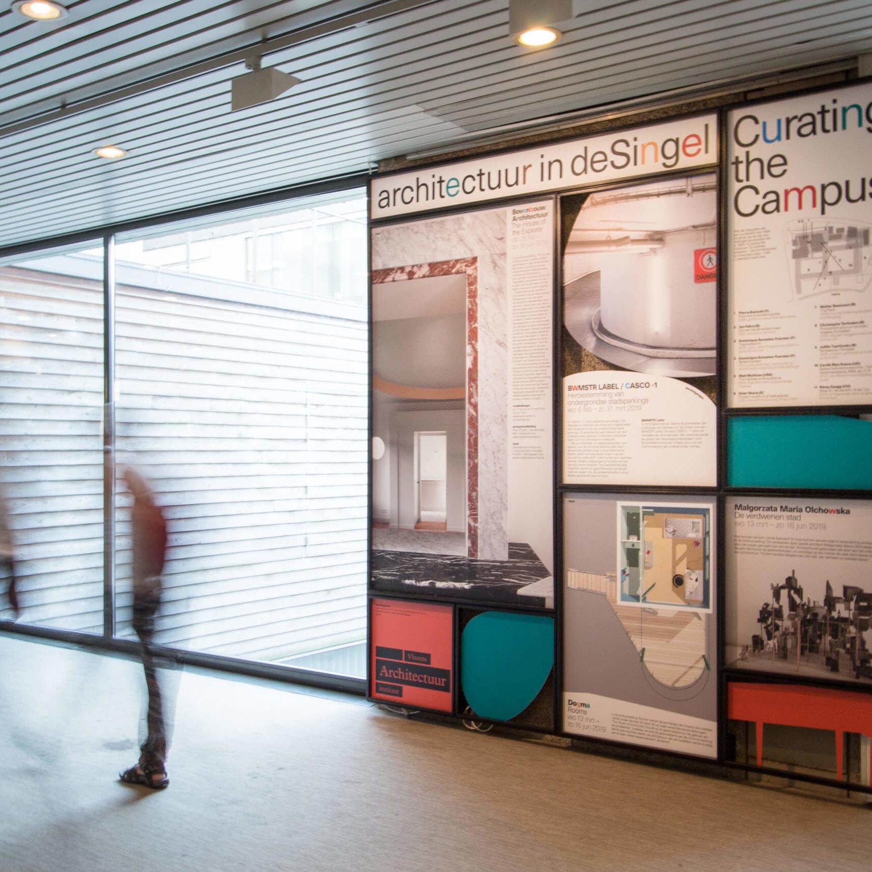 De posterwand in de hal van kunstsite deSingel. Een van de communicatietools die Studio Dott ontwierp voor deSingel.