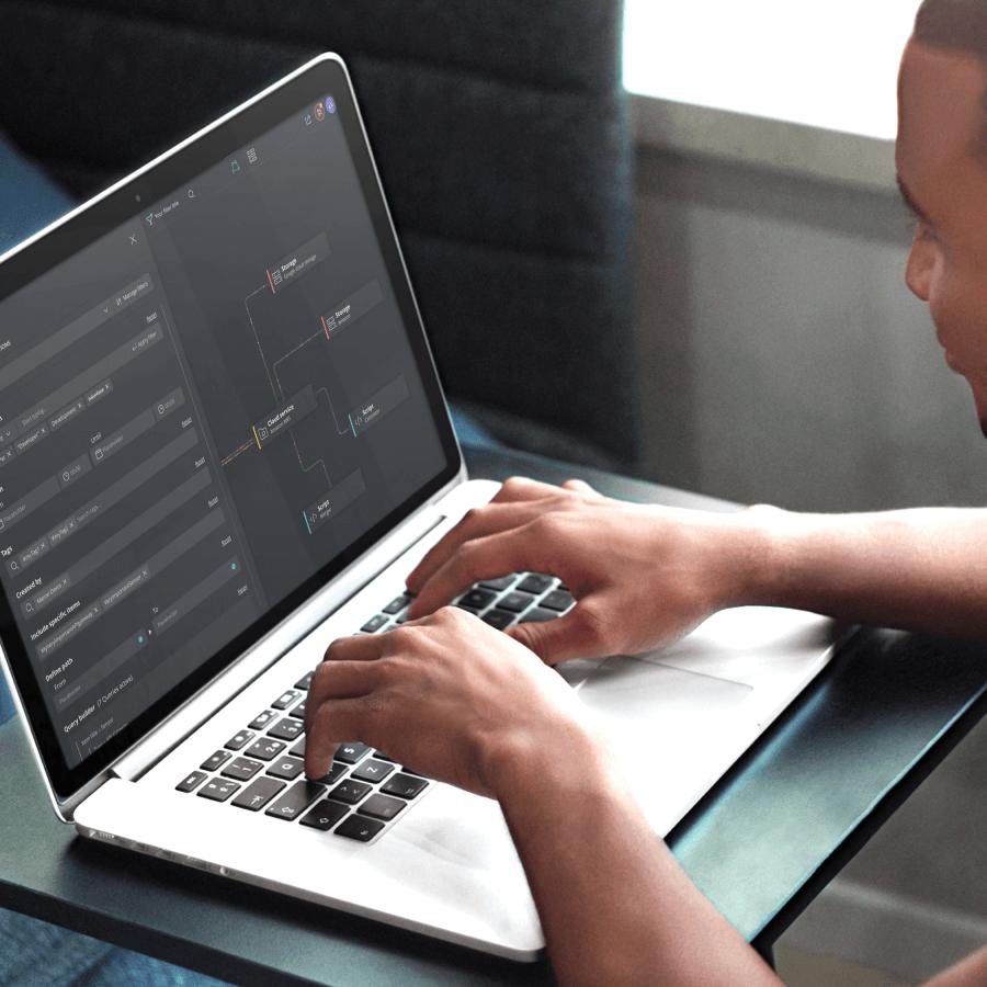 Persoon brengt veranderingen in het gebruiksvriendelijk dashboard van het DataOps platform van Tengu en Studio Dott.