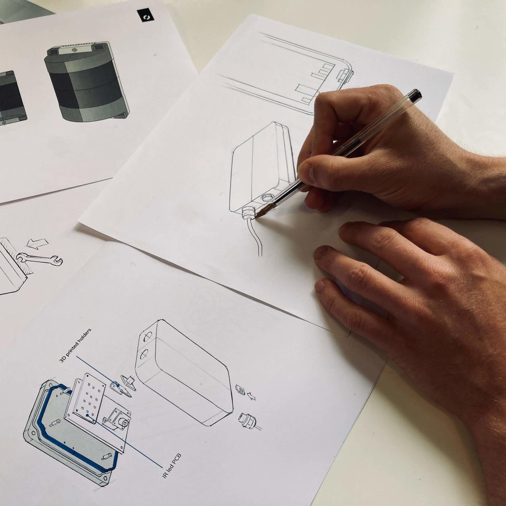 Het product design team van Studio Dott schetst en ontwerpt de behuizing voor Citymesh. Er zijn schetsen te zien en 3D-renders.